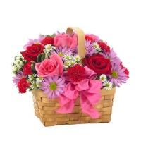 Rikkalik lillekorv rooside ja krüsanteemidega