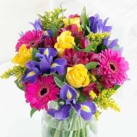 Rõõmus kimp erinevate lilledega