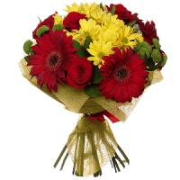 Segakimp gerberatest, roosidest ja krüsanteemidest punastes ja kollastes toonides